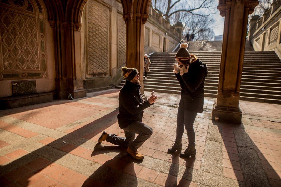Un hombre pide matrimonio a una mujer en el patio de un edificio antiguo