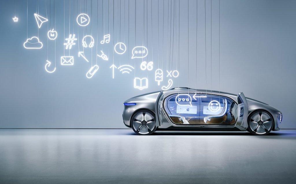 ciberataques coches: Imagen de un concept de Mercedes con símbolos que muestran su conectividad