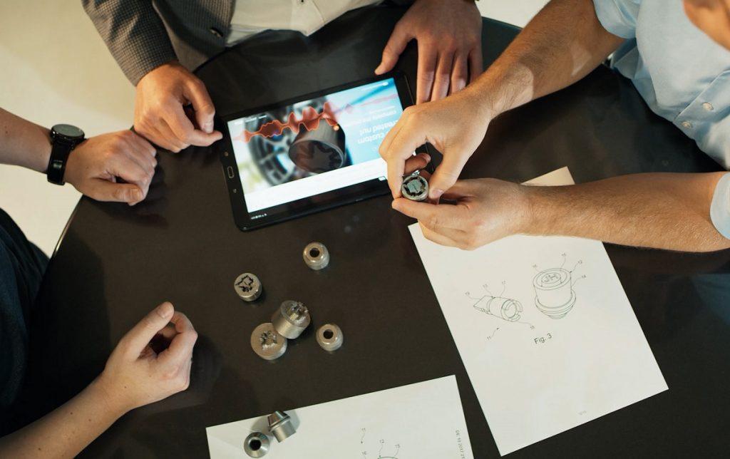 Imagen de trabajadores de Ford con su tuerca 3D