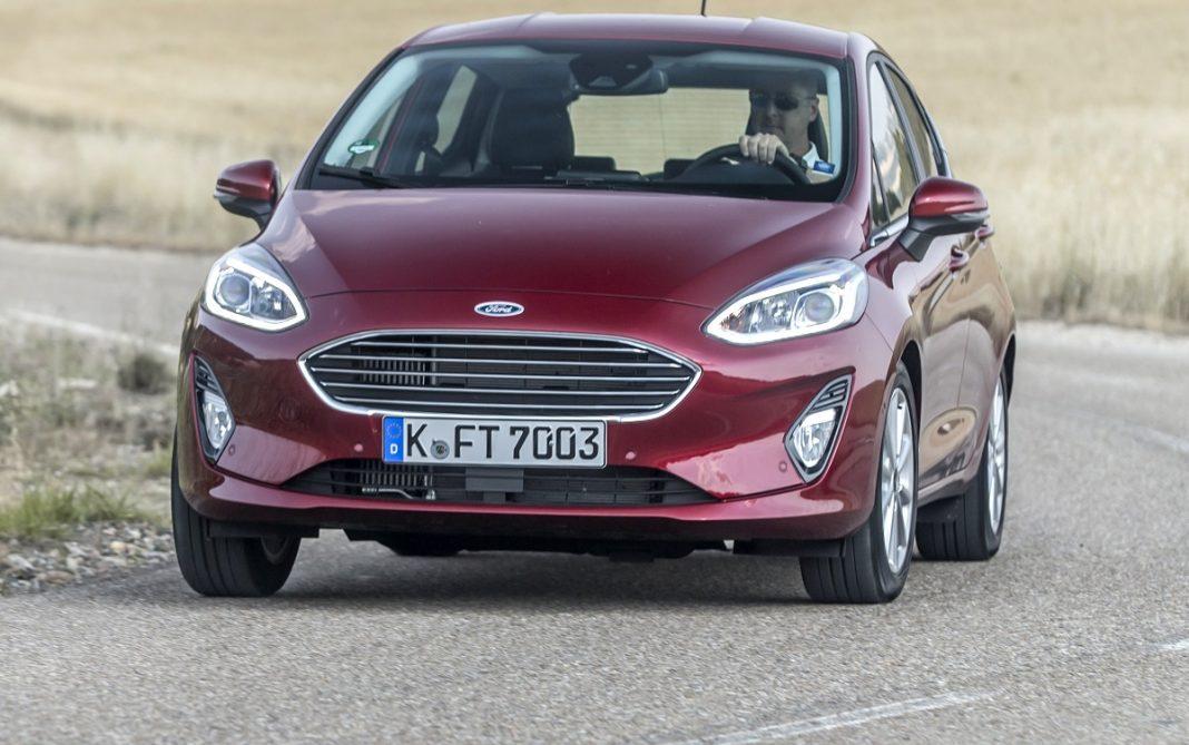 Imagen de un Ford Fiesta de color morado