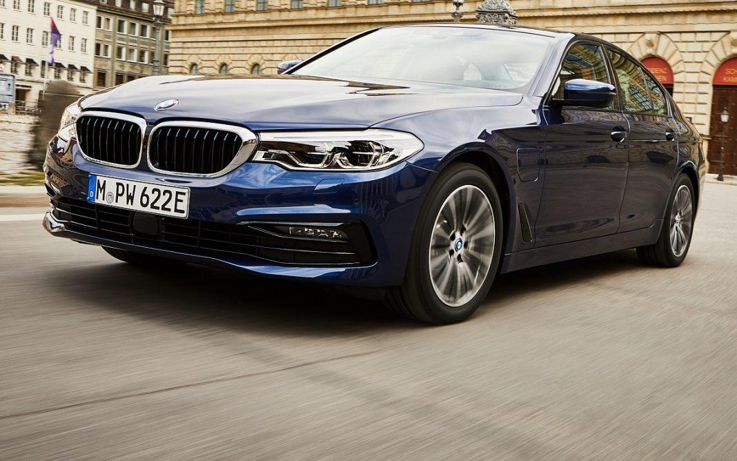 Imagen tres cuartos delantero de un BMW 530e de color azul circulando