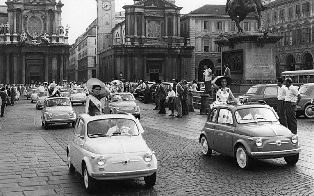 Caravana de Fiat 500 N por las calles de Turín