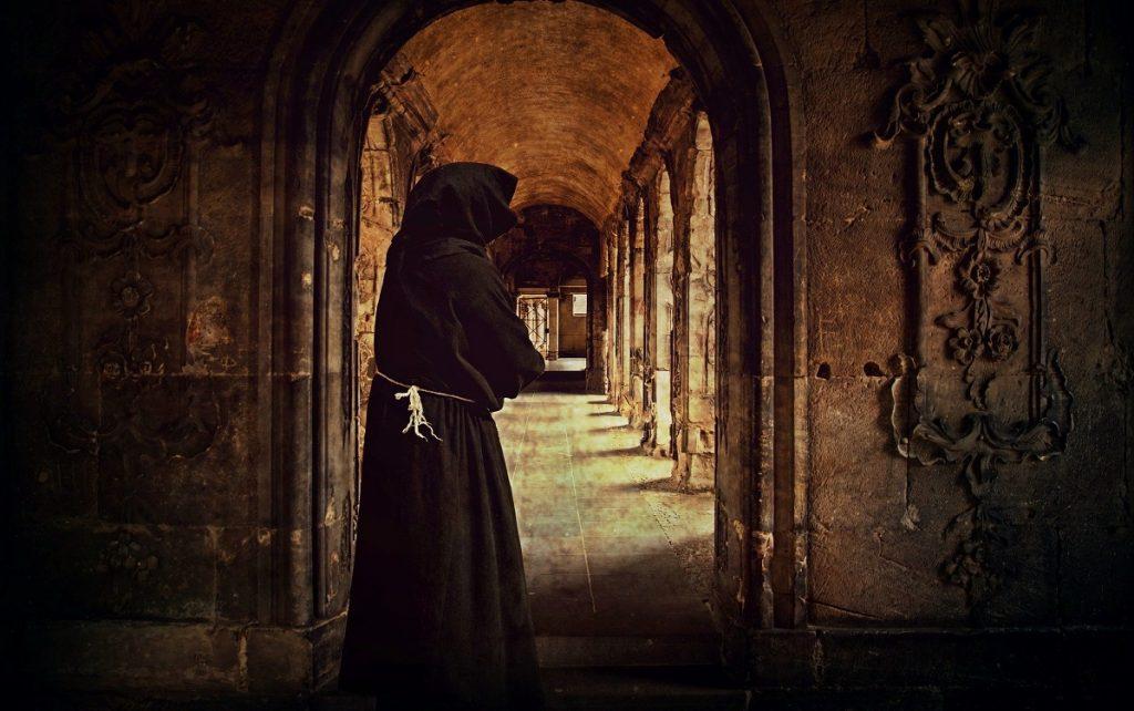 Iimagen de un monje dentro de un monasterio de clausura