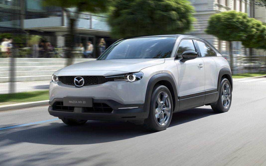 Imagen del Mazda MX-30 circulando por carretera