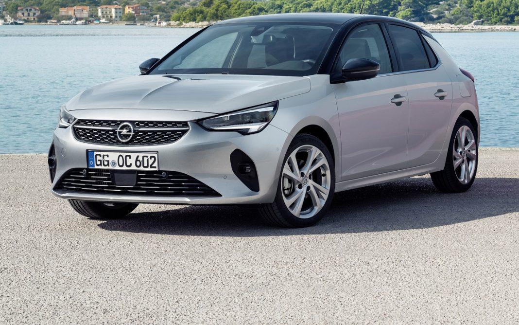 Imagen tres cuartos delantero de un Opel Corsa en promoción
