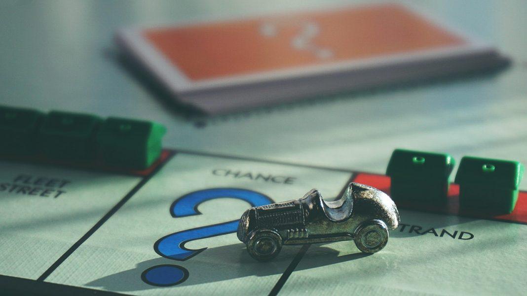 cuestionario ciberseguridad: Imagen de un tablero de Monopoly con la ficha del coche plateado en primer plano