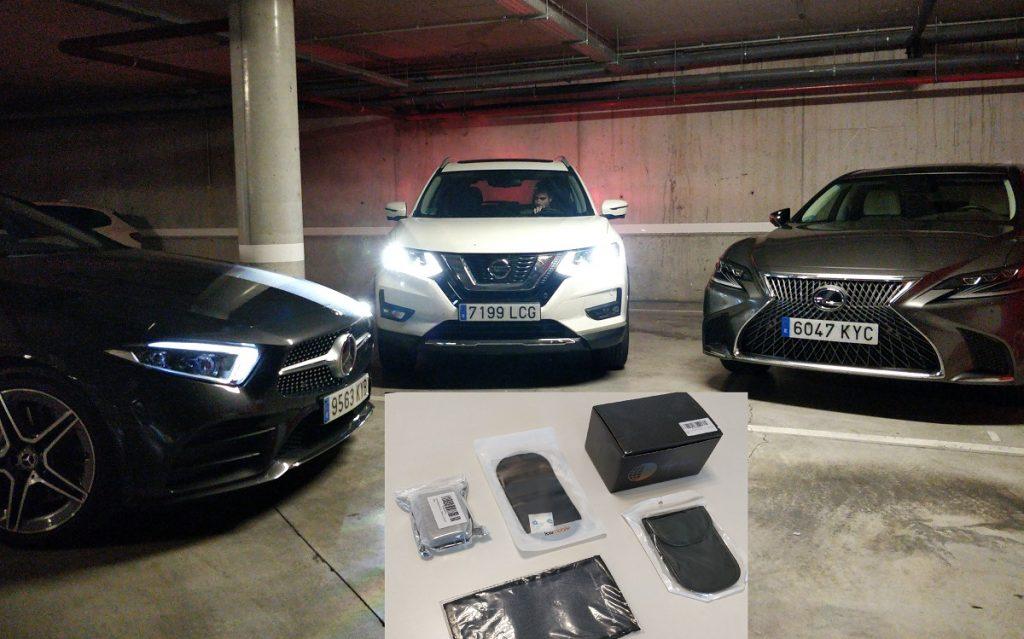 Imagen de tres coches y un conjunto de fundas protectoras de llaves