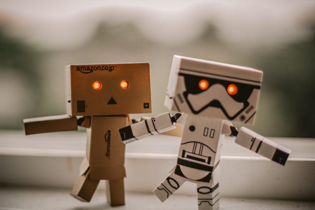 Dos mini robot de juguete bailan