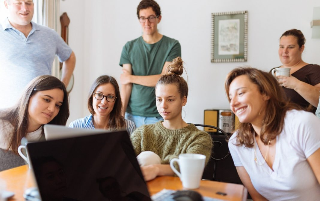 Empleados delante de un ordenador