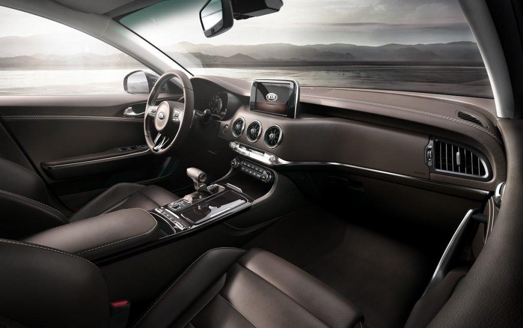 Imagen del interior de un Kia Stinger azul
