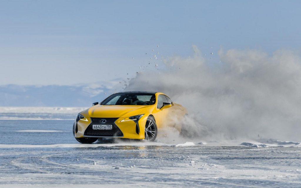 Imagen del Lexus LC 500 derrapando sobre el Lago Baikal