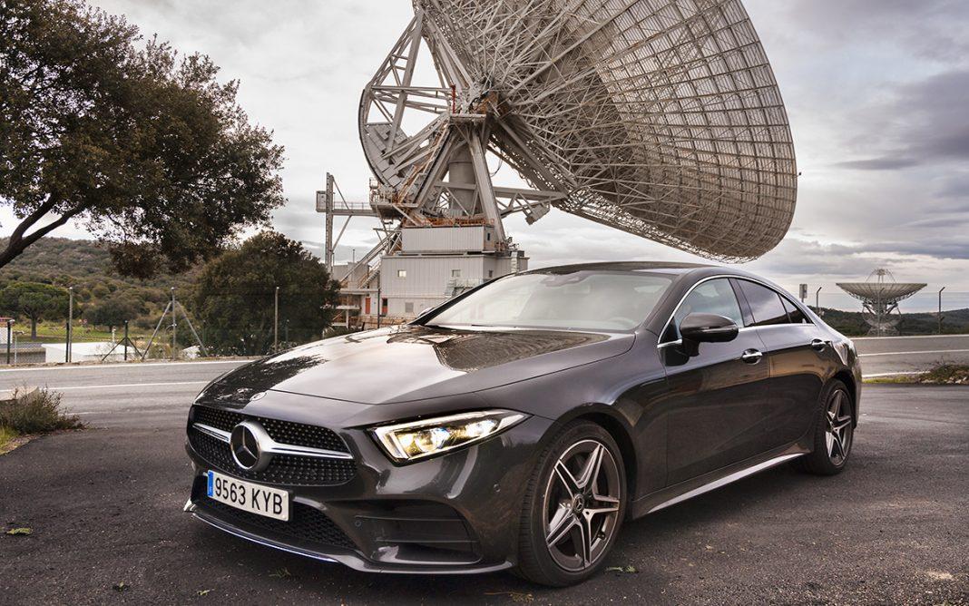 Imagen frontal del Mercedes-Benz CLS en hábitat de conectividad absoluta