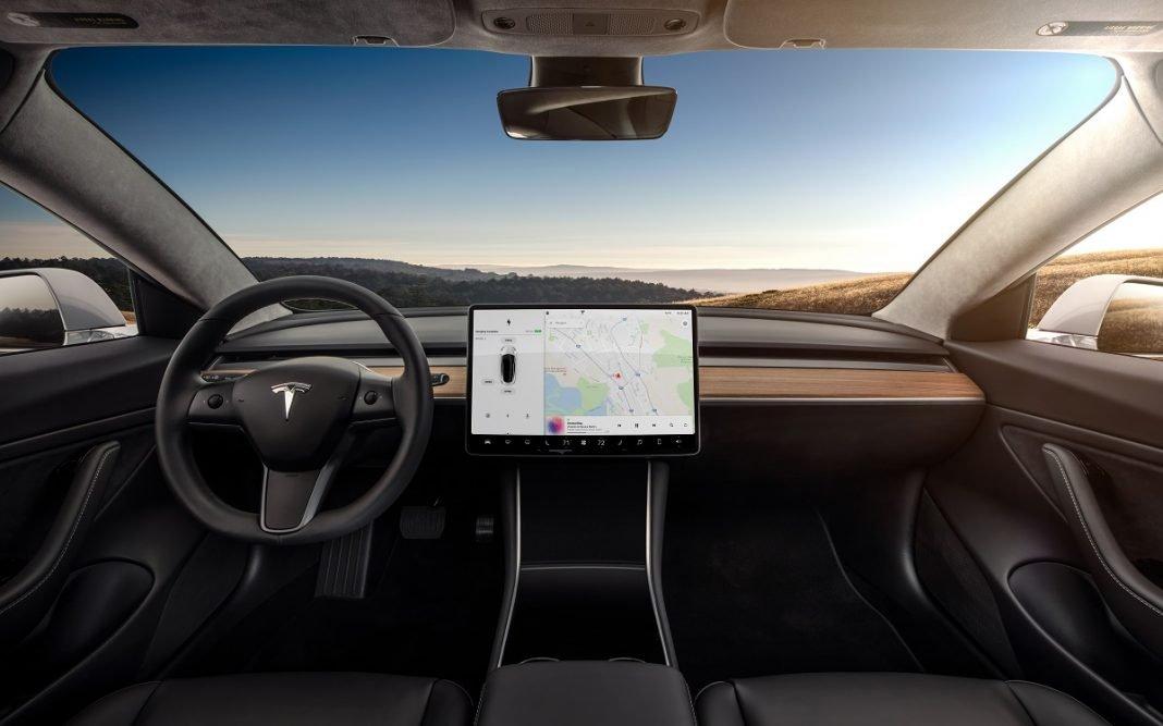 Imagen del salpicadero del Tesla Model 3, presidido por su enorme pantalla