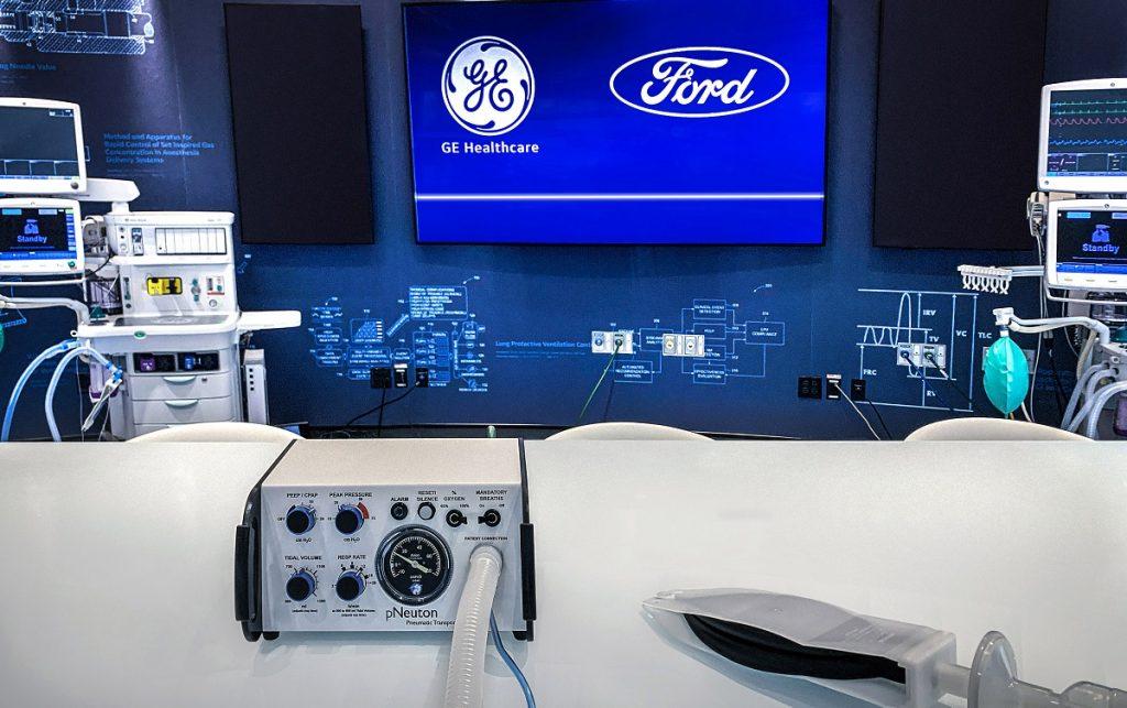 Imagen de un operario de Ford fabricando un respirador