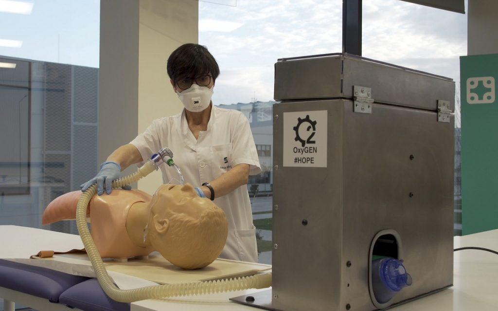 Imagen de un operario de Seat fabricando un respirador