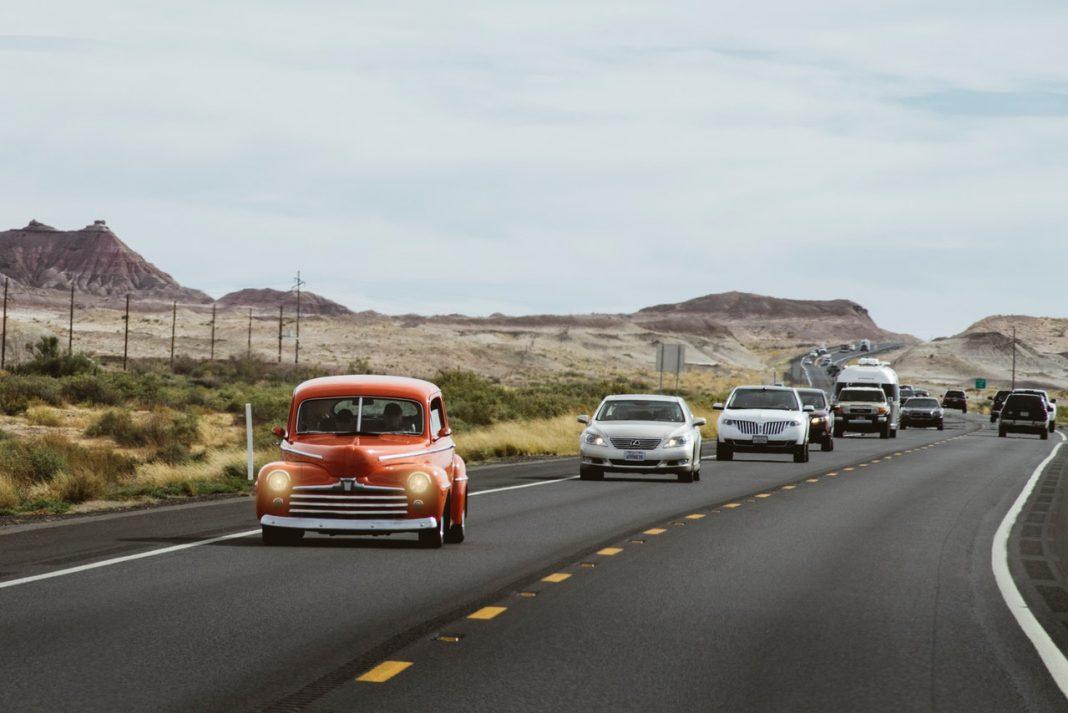 Ciberseguridad coches: una foto de una carretera con coches circulando sobre ella