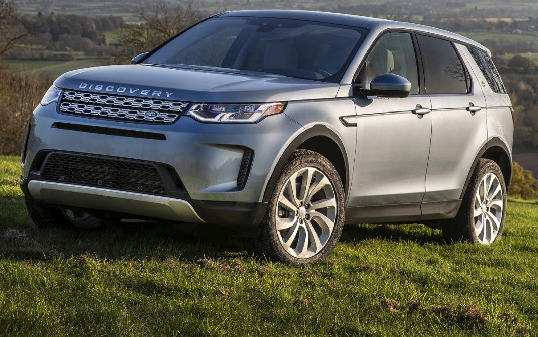 Imagen tres cuartos delantero de un Land Rover Discovery Sport en el campo