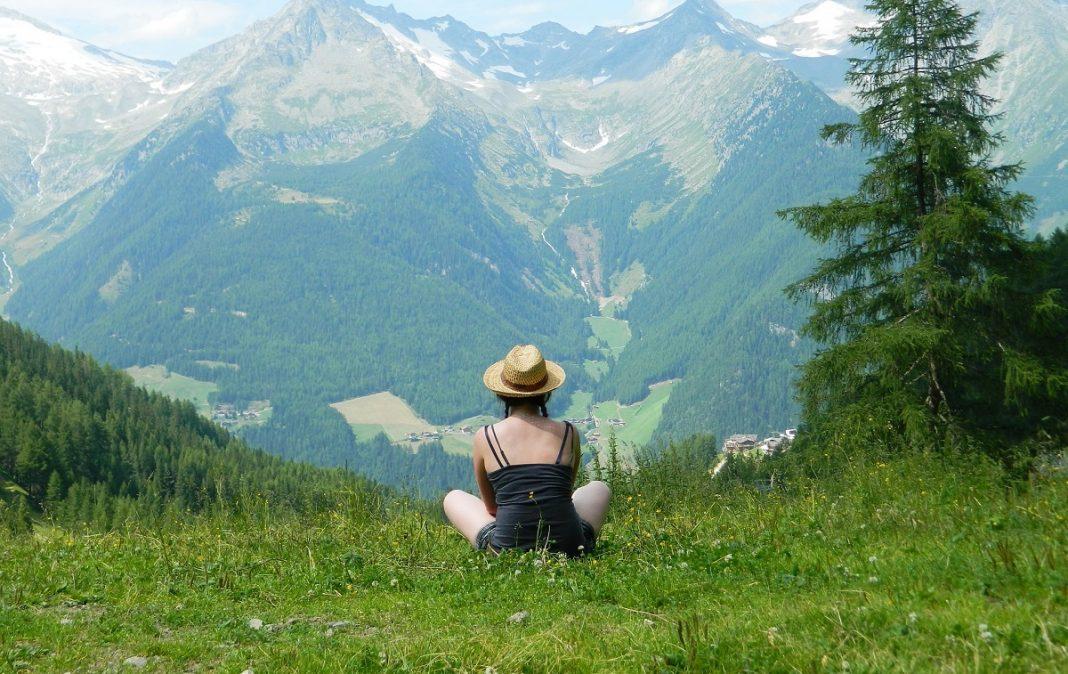 Imagen de una mujer en medio de las montañas