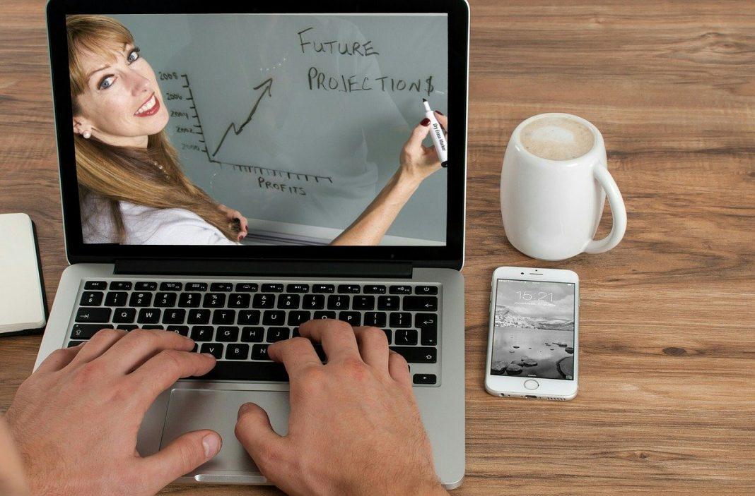 Privacidad Zoom: imagen de un ordenador en cuya pantalla hay una mujer explicando un gráfico