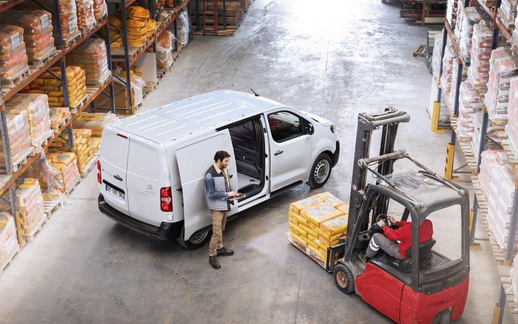 Imagen de la Citroën Ë-Jumpy en un almacén