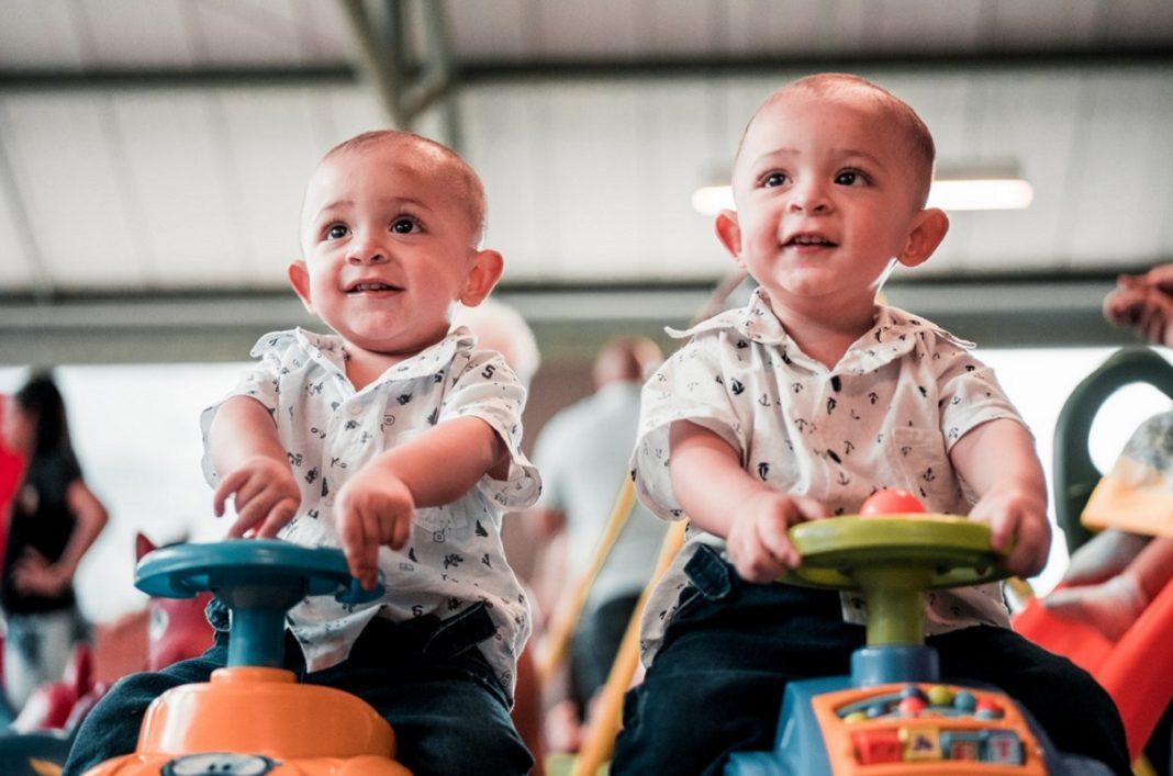 Coches gemelos: dos bebés gemelos encima de sendos correpasillos