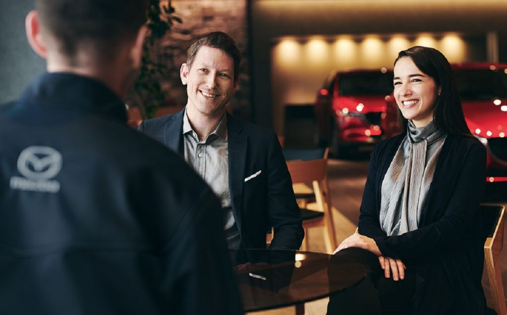 Imagen de una pareja en un concesionario de Mazda