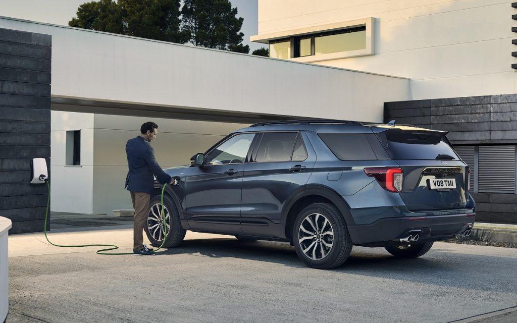 Imagen tres cuartos trasero del nuevo Ford Explorer Hybrid