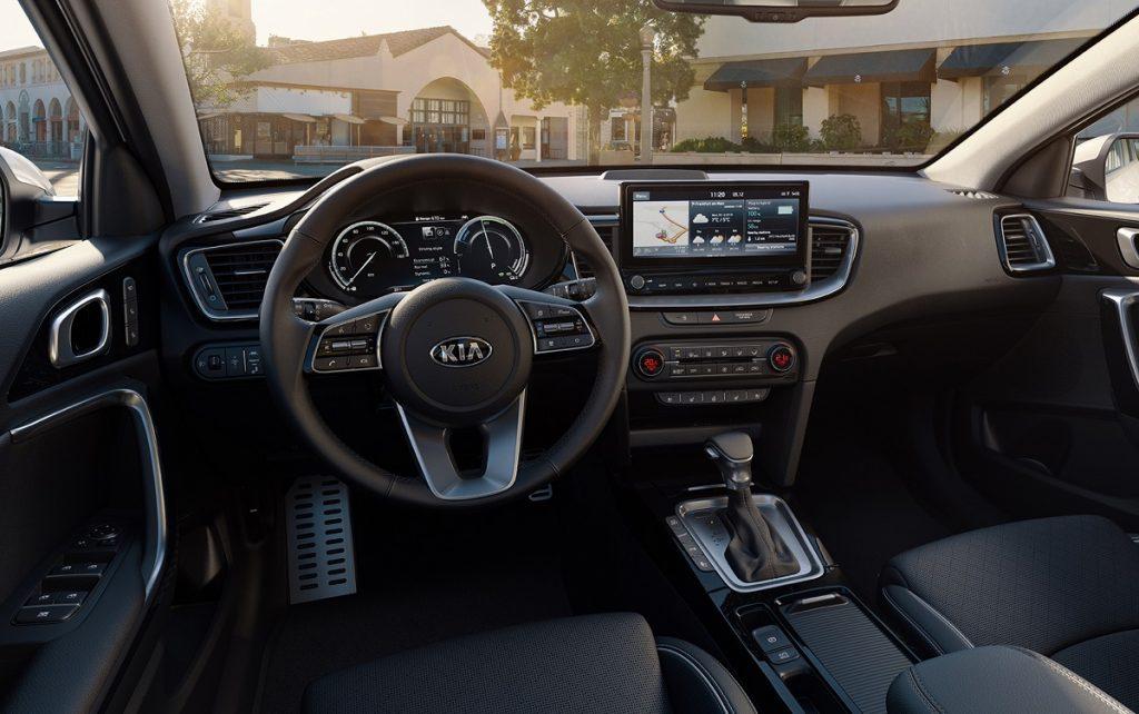 Imagen interior de un Kia Ceed familiar en color blanco