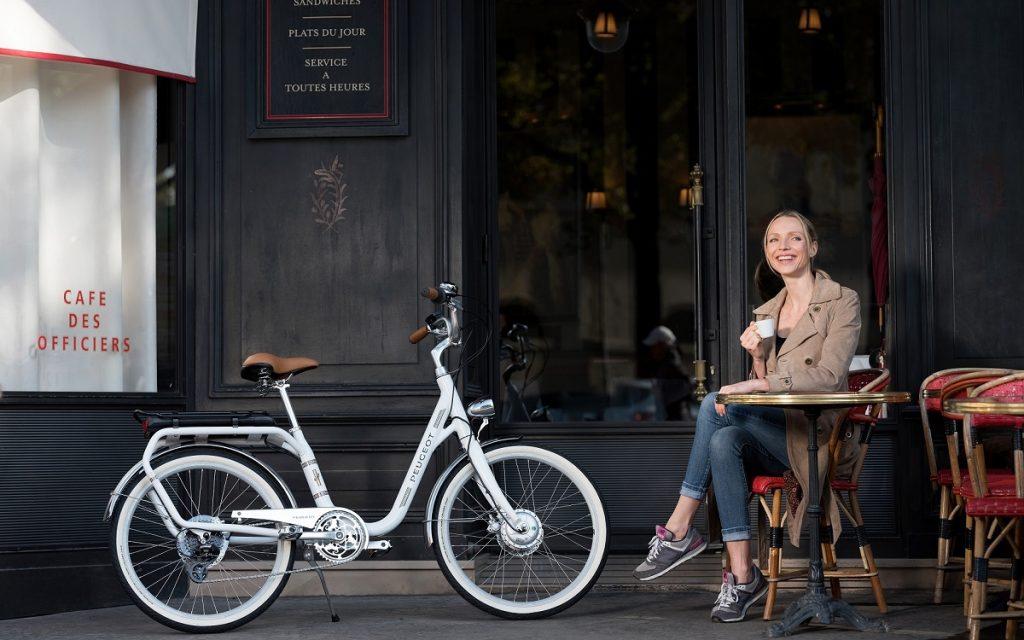 Una chica con su bicicleta PeugeotCycles eLC01