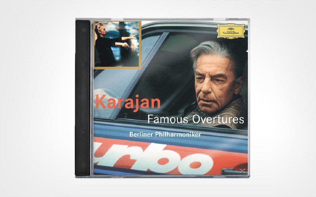 Karajan posando en un disco con su Porsche 911