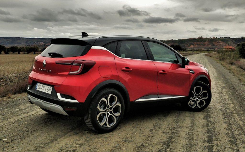 Imagen tres cuartos trasero de un Renault Captur rojo