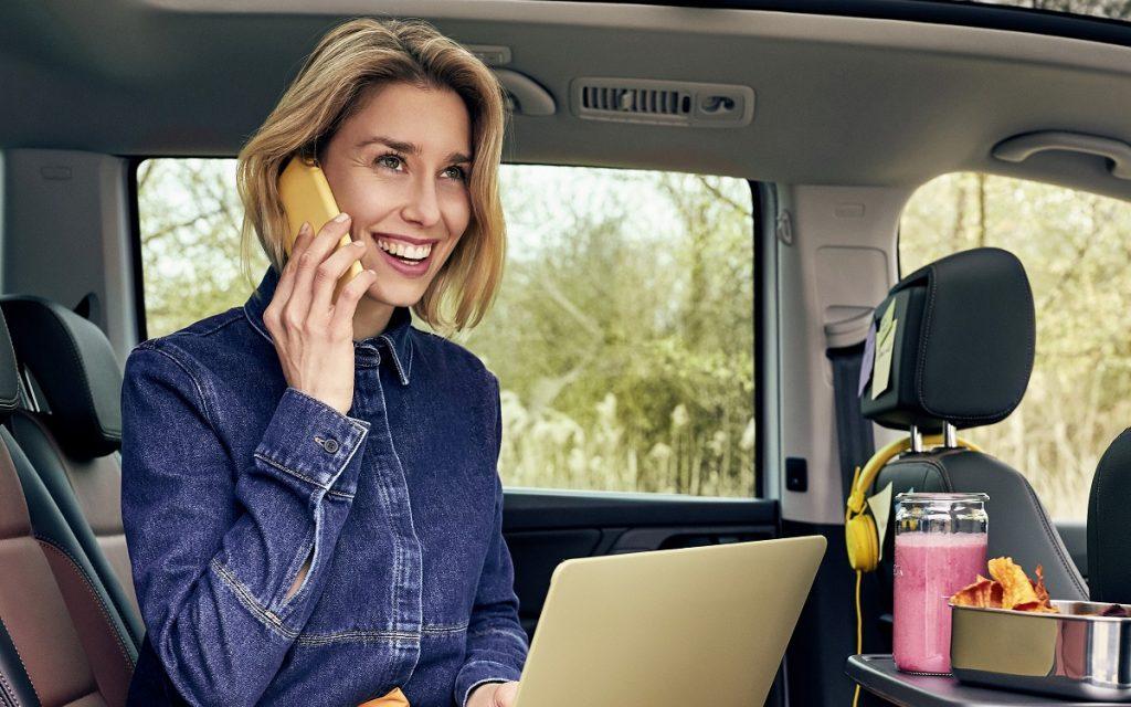 Una mujer feliz en una Volkswagen Sharan