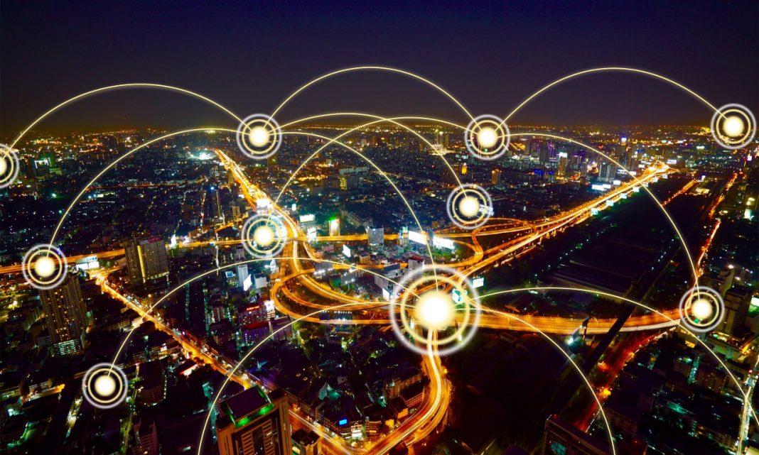 Actualización coches conectados: imagen de una ciudad de noche con varios puntos de conexión entre sus partes