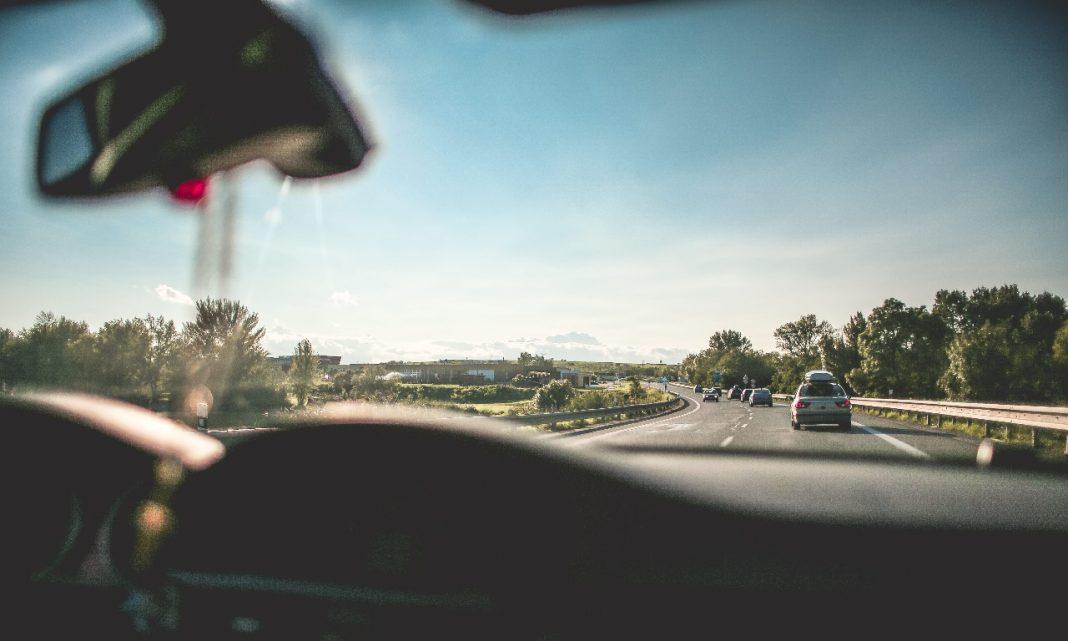 Ciberataque coronavirus: Imagen desde el interior de un coche, en el que se ve la autopista que tiene por delante