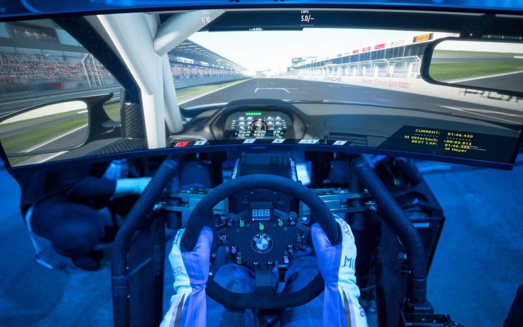 Imagen de una persona a los mandos de un simulador