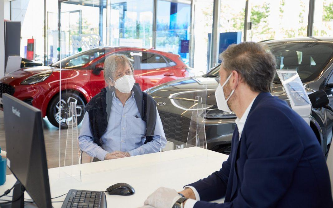 IMagen de unos clientes en el concesionario tras el COVID 19
