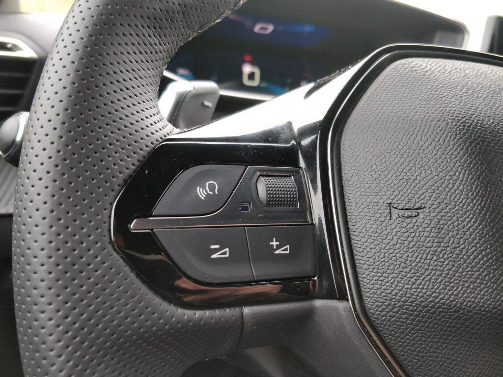 Mandos para manejar el sistema multimedia del Peugeot 208