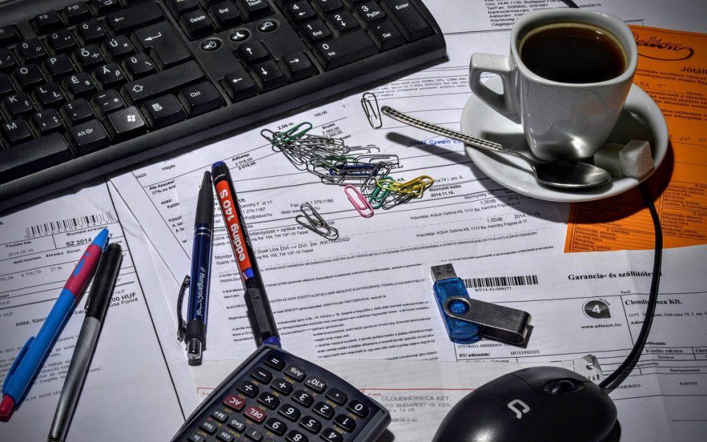Imagen de una persona trabajando en su mesa