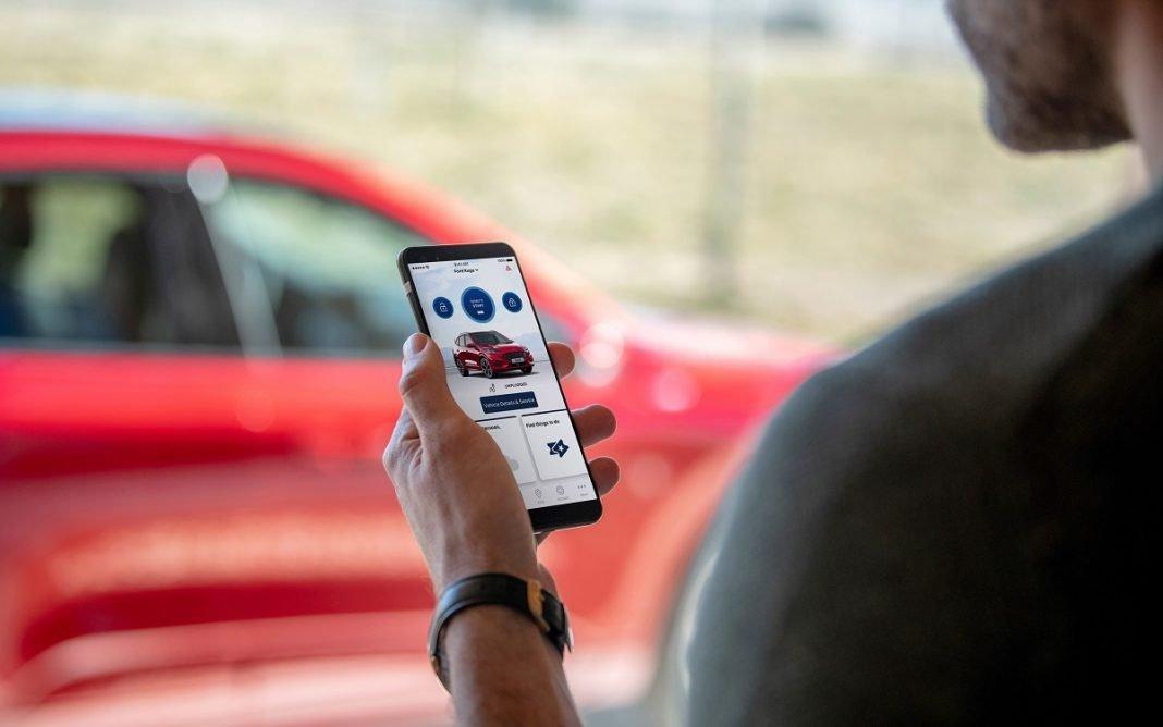 Imagen de una persona manejando la app de Ford en el teléfono