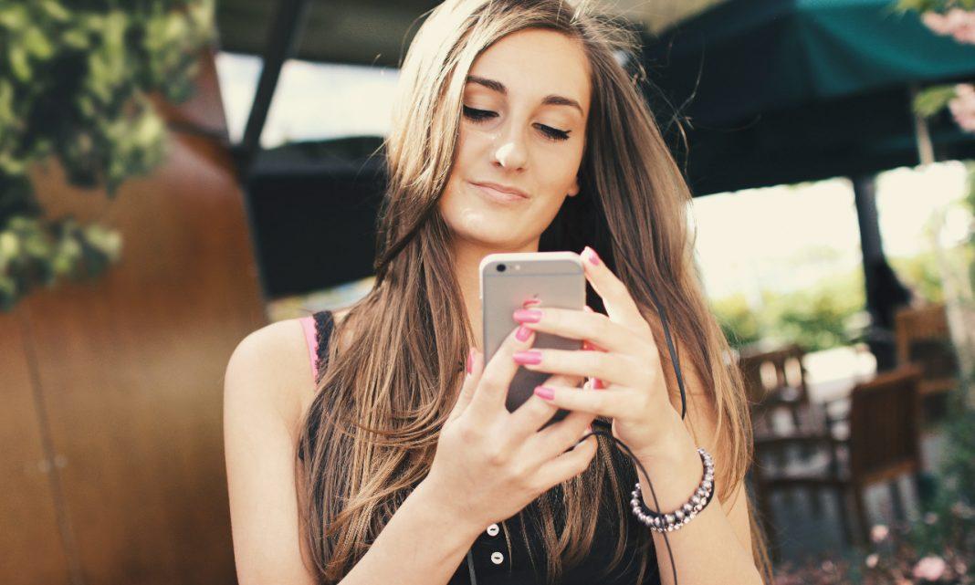 app dgt: una mujer consulta su smartphone