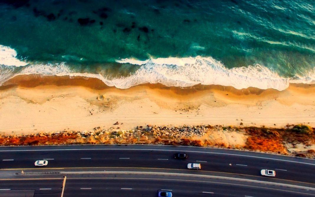 Imagen de una carretera que bordea la costa