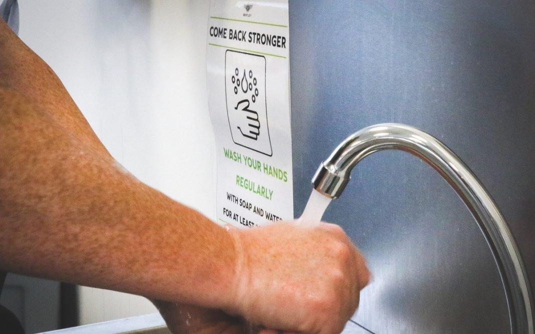 Imagen de un empleado de Bentley lavándose las manos