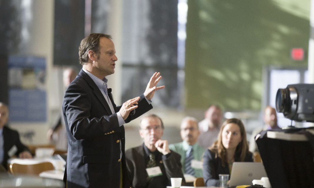charla coche: una persona da una conferencia delante del público
