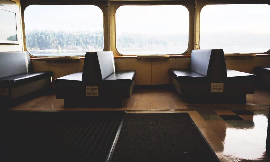 Coronavirus transporte público: interior de un vagón de tren vacío