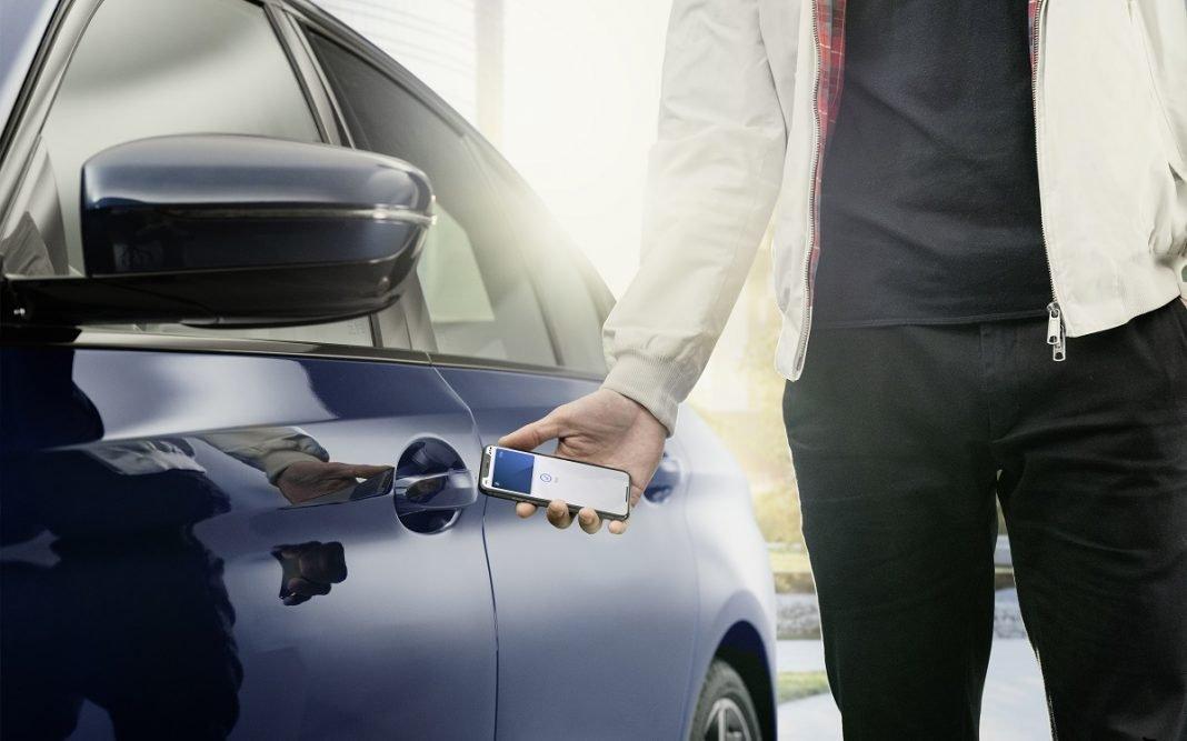 Imagen de una persona abriendo su coche con una llave inteligente de BMW