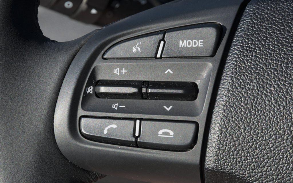 Detalle de mandos de audio del Hyundai i10
