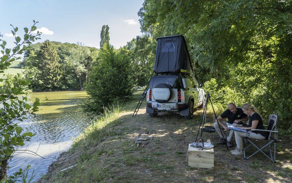 Imagen de acampada en un Land Rover Defender con la tienda Autohome