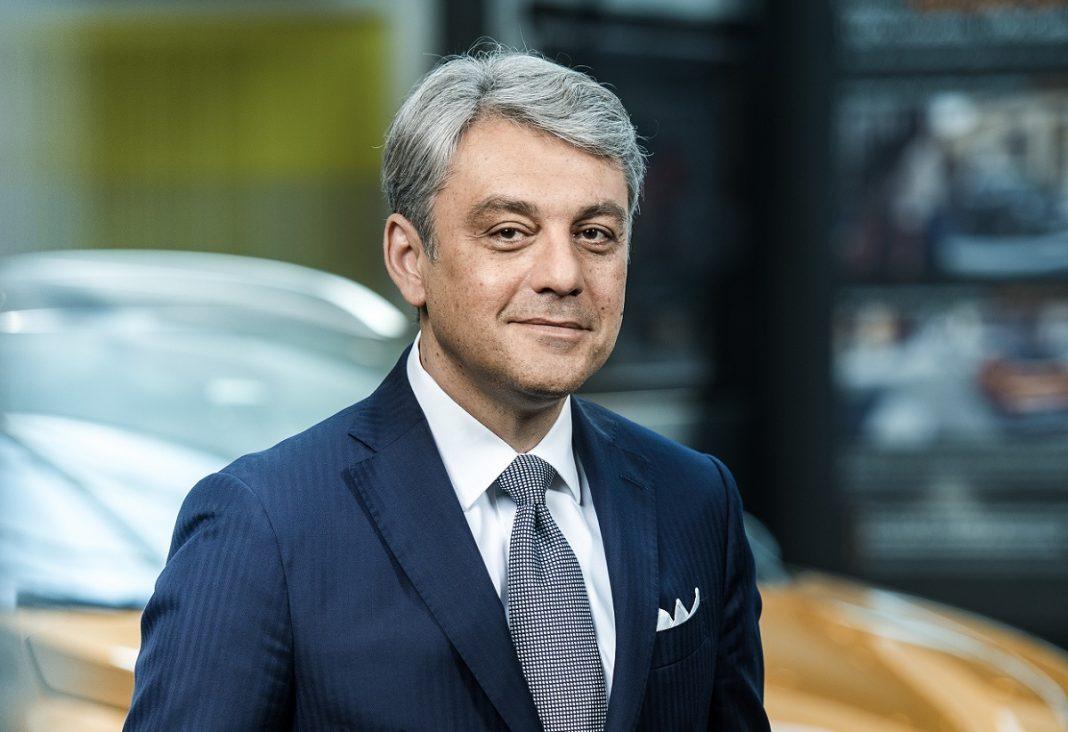 Luca de Meo Renault: Luca de Meo posa delante de un Renault Captur
