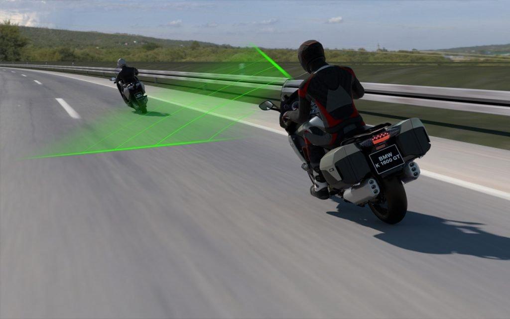 Ilustración en curva del control de crucero de BMW en motos