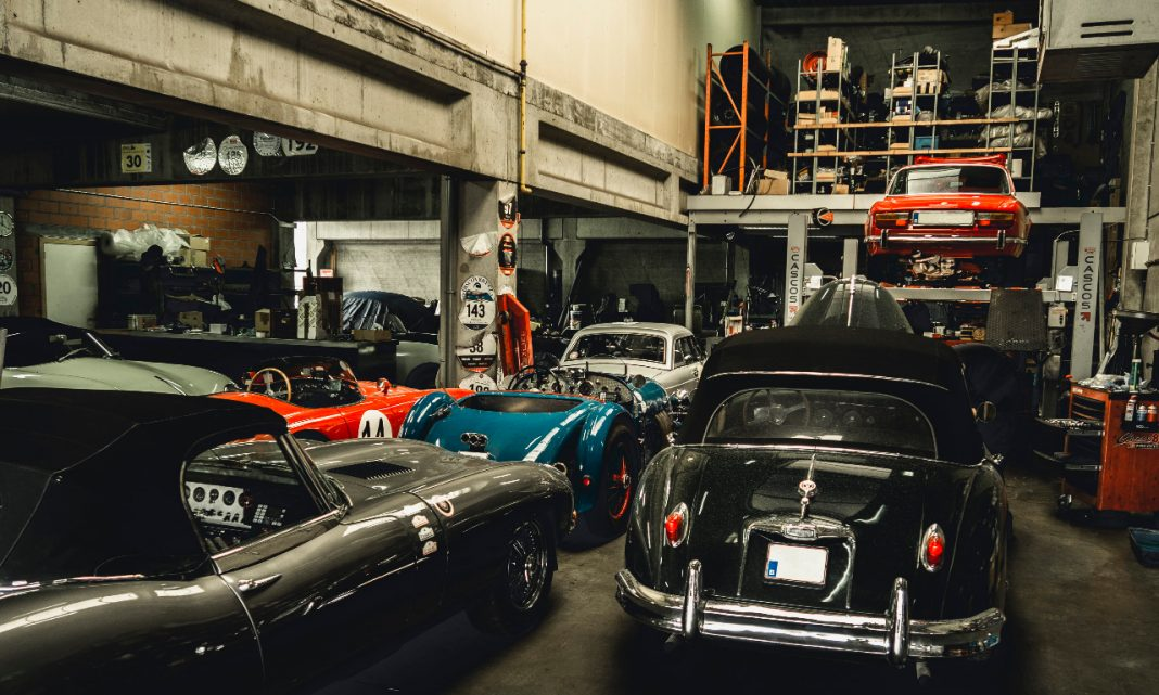 Llamadas a revisión: imagen del interior de un taller de coches clásicos